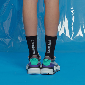 MISMATCH COLOR SOCKS BLKWHT